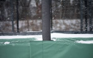 Studsmatta med snö på kantskyddet