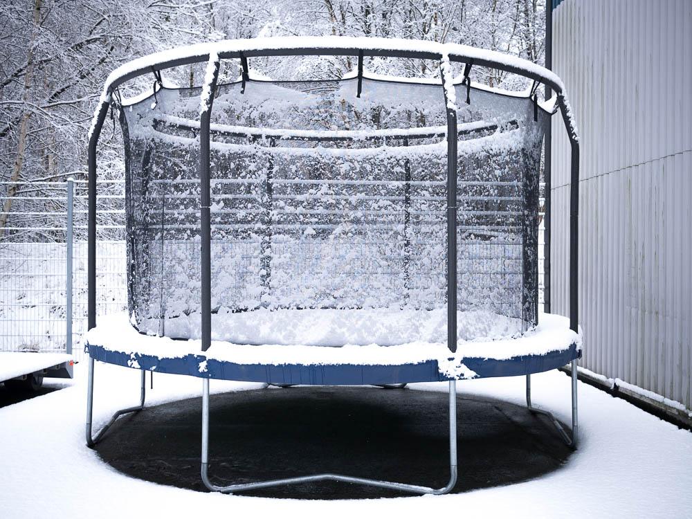 Studsmatta täckt av snö