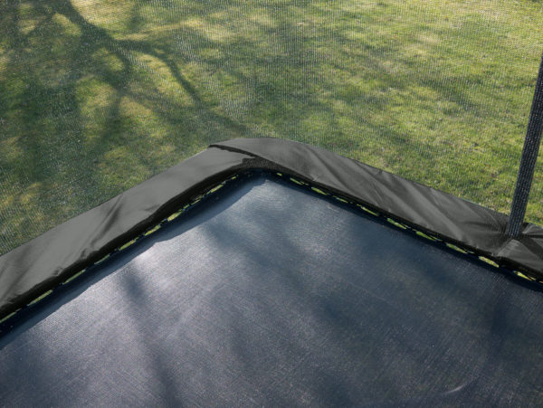 Kantskyd och hoppduk på rektangulär studsmatta.
