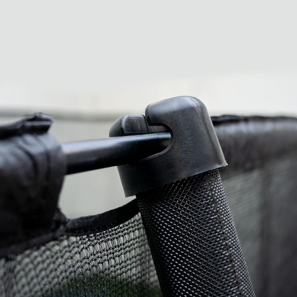 Hållare till skyddsnät för studsmatta